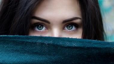 La detersione degli occhi in estate